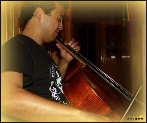 Carlos Cantú tocando el violoncello